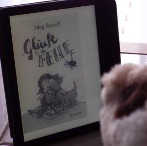 """Buchumschlag von """"Glück für alle Felle"""". Betty knuddelt Mr. Tavish."""