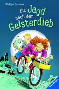 """Buchumschlag """"Die Jagd nach dem Geisterdieb"""". Lale, Henry und zwei Geister sitzen auf einem Fahrrad."""